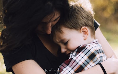 5 Mistakes We Make When Our Child Falls and Gets Hurt